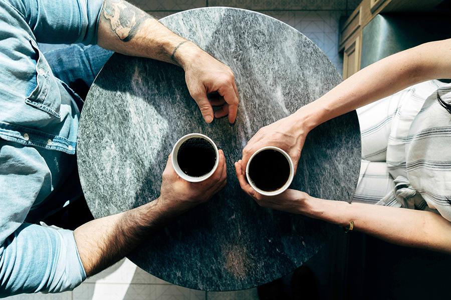Wie Du Rapport und non-verbale Kommunikation in entscheidenden Gesprächen zu Deinem Vorteil nutzen kannst (Quelle: Photo by Joshua Ness on Unsplash)