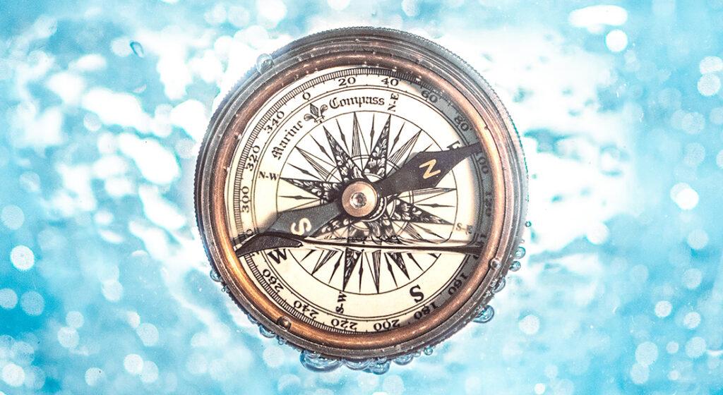 Kompass im Wasser um die 5 wichtigen Bereiche der DMSG Webseite zu finden, Quelle: Photo by Jamie Street on Unsplash