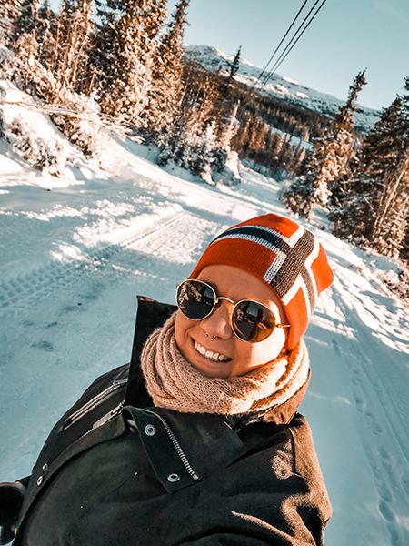 Porträtfoto von Jule @solltekoennte.mache, aufgenommen in Norwegen