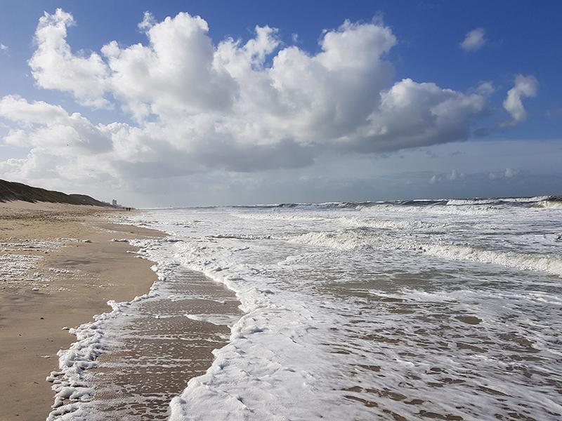 Coverbild für den Beitrag zum Corona-Effekt, Strand mit Wolken am Himmel