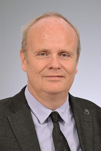 """Porträtfoto von Prof. Matthias Schwab """"Hit Hard and Early"""""""