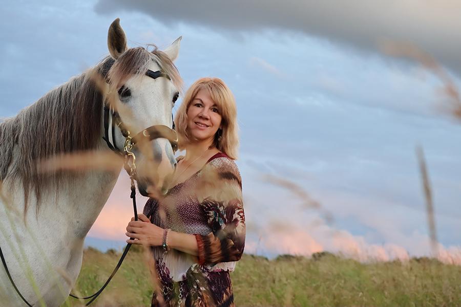 Foto von MS-Patientin Corinna @pepperbrumb und ihrem Pferd