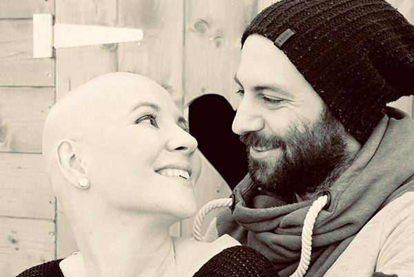 Foto von Johanna ohne Haare und ihrem Mann Dave nach begonnener Stammzelltherapie