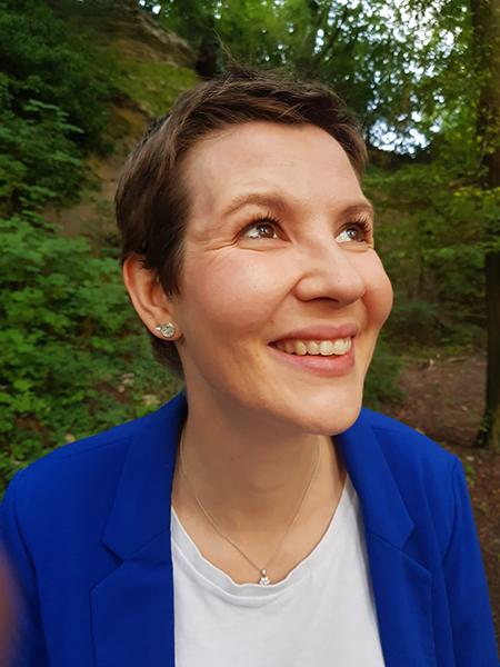 Nahaufnahme von Johanna mit nachgewachsenen Haaren nach Abschluss der Stammzelltherapie