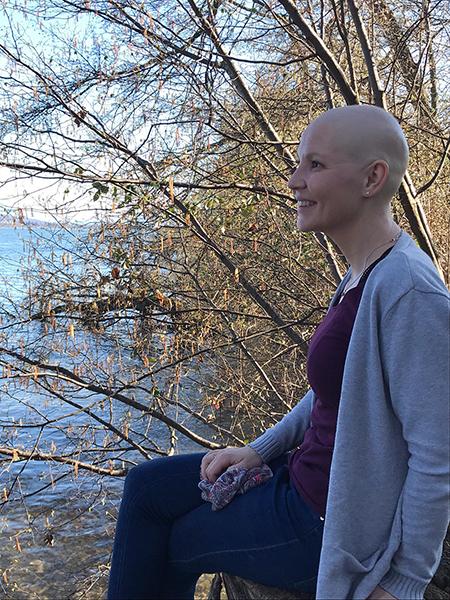 Foto von Johanna ohne Haare nach beginnender Stammzelltherapie am See im Seitenprofil